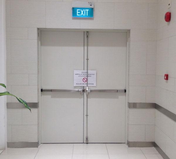 Tại sao cần phải lắp đặt cửa thoát hiểm?